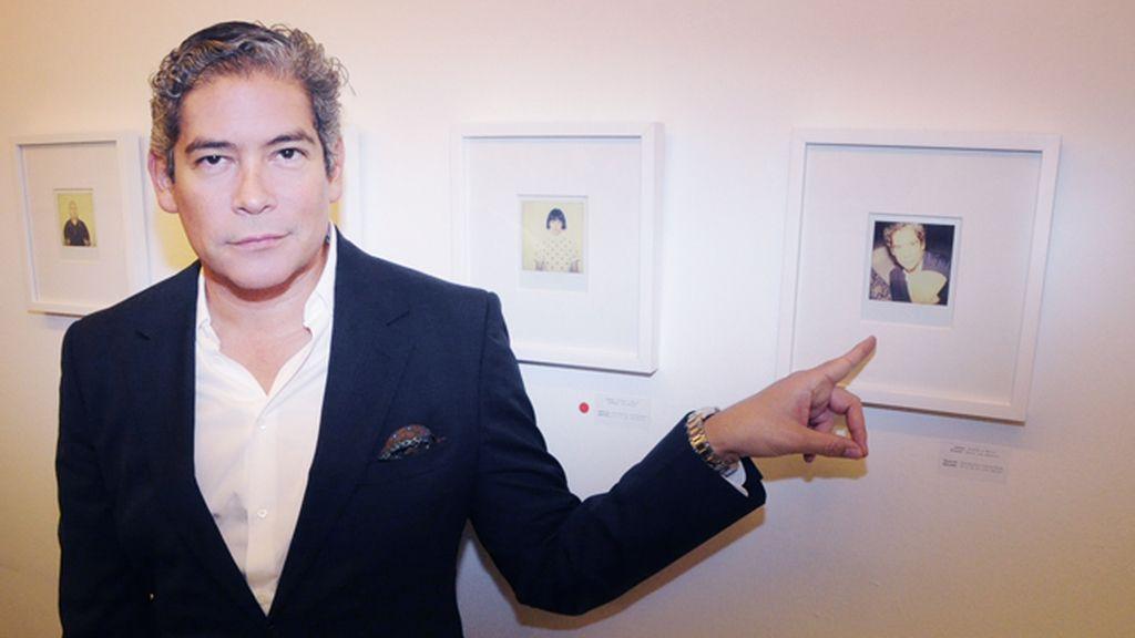Boris Izaguirre posó con una de las polaroids obra de sus íntimos Alaska y Mario