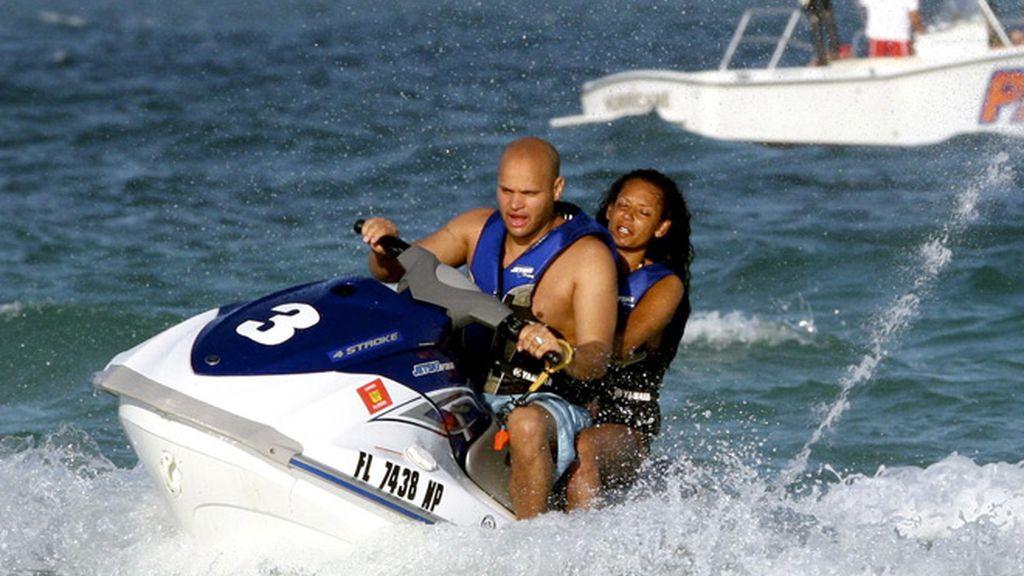 En verano, érase un famoso a una moto de agua pegado...