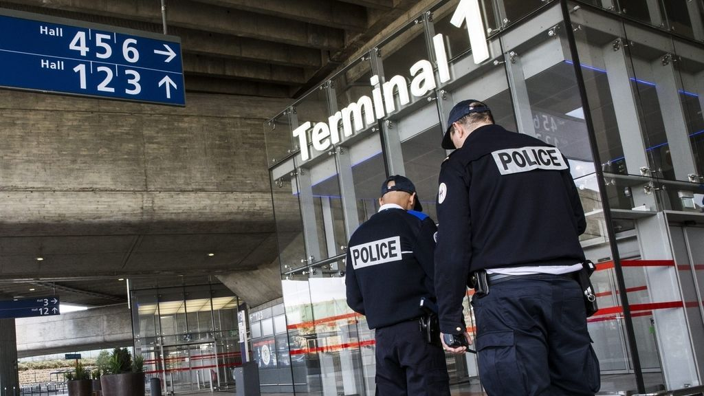 La policía francesa custodia la entrada del aeropuerto Charles de Gaulle