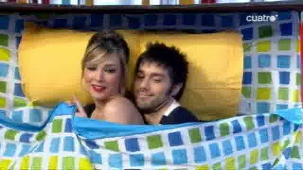 Dani y Anna hacen la cucharita en la cama
