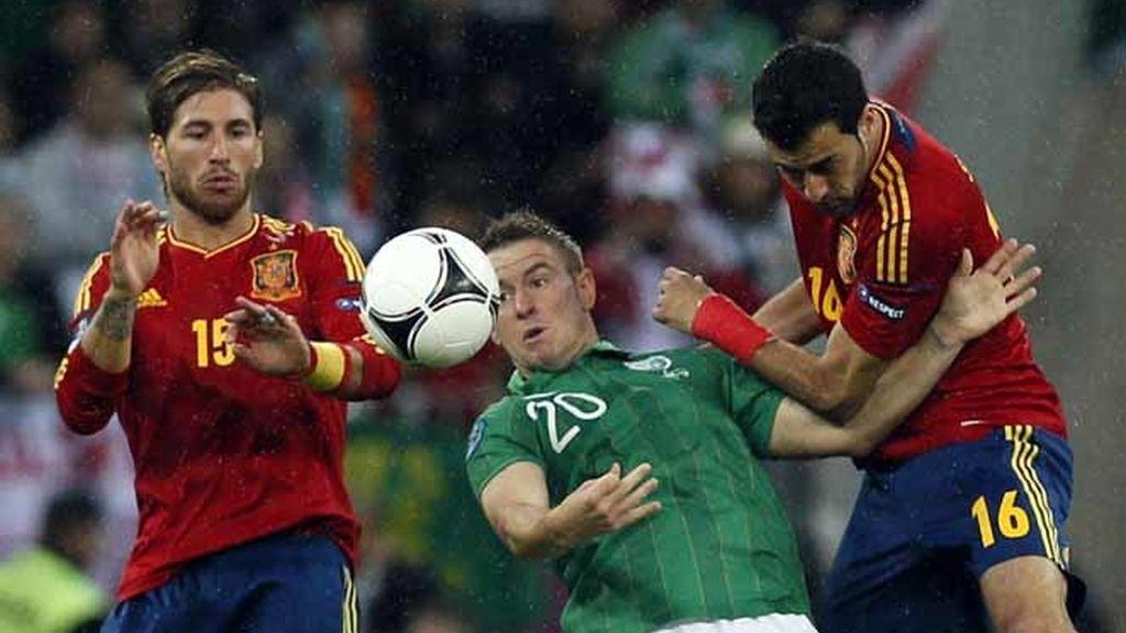 Busquets y Sergio Ramos pelean un balón en el España- Irlanda