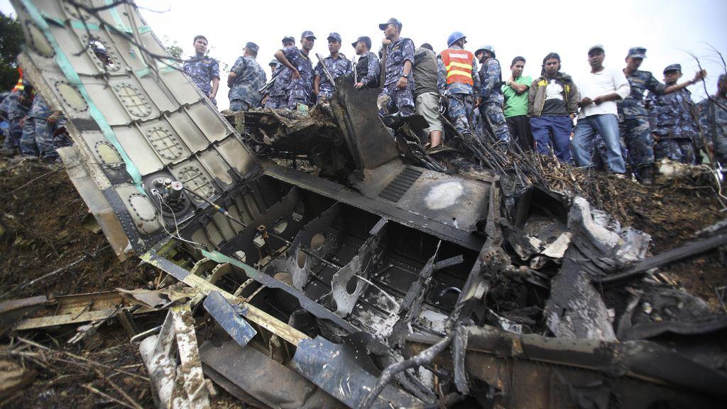 Policías nepalíes observan el lugar donde se estrelló una avioneta con turistas