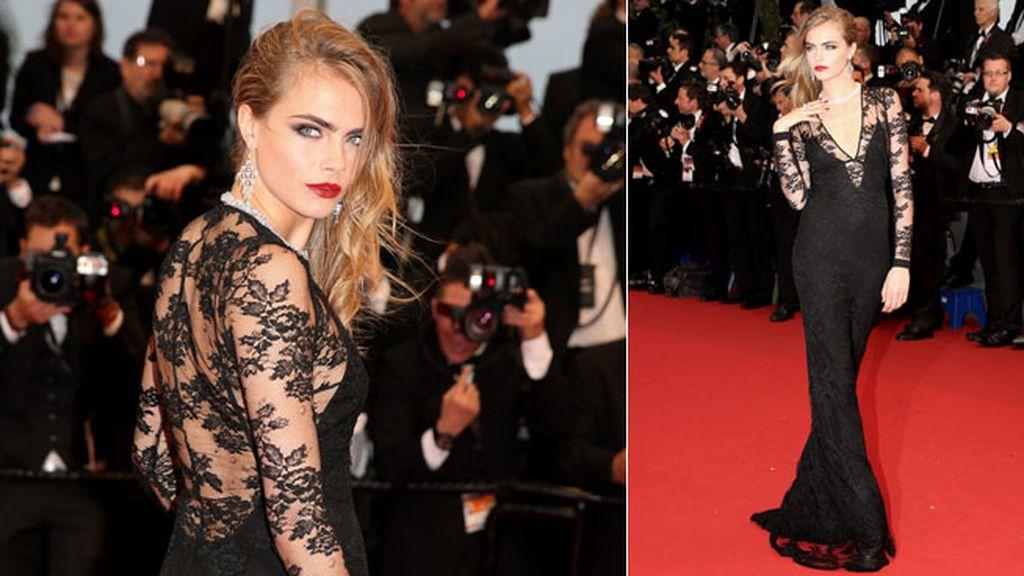 Cara Delevigne optó por un vestido de Burberry negro que marcaba su silueta