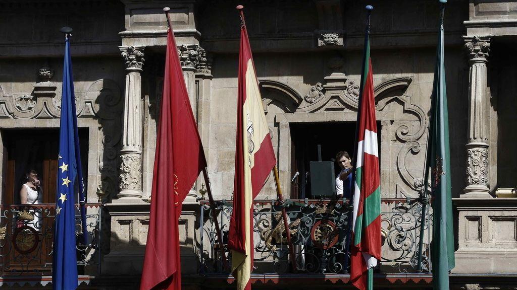 La ikurriña en el balcón de Pamplona para los sanfermines