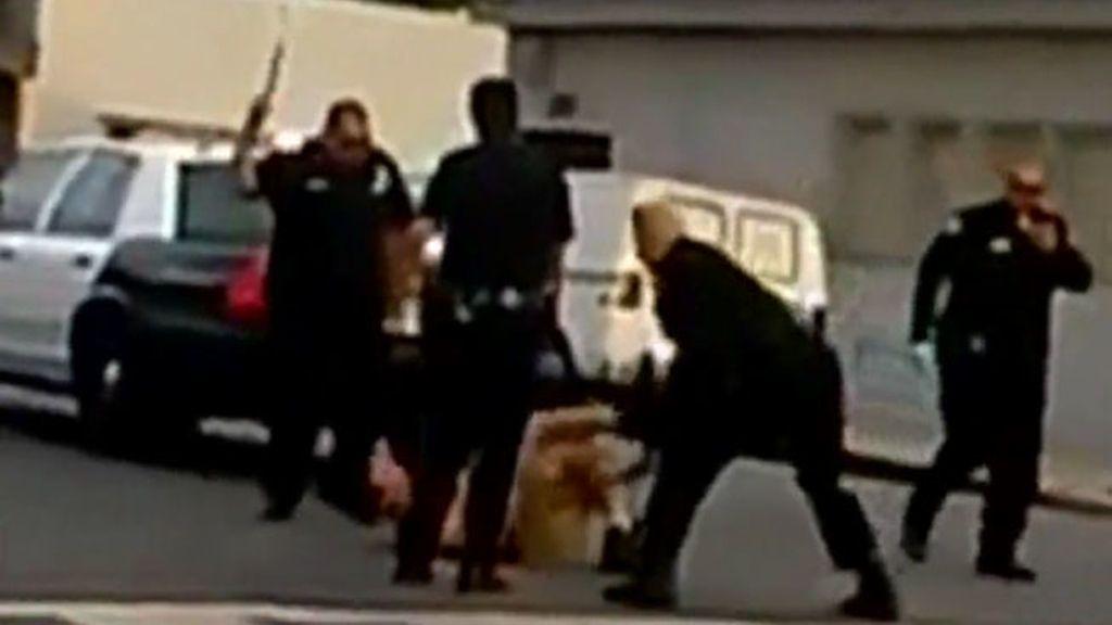 El vídeo de una paliza policial a un inmigrante esquizofrénico indigna la Red