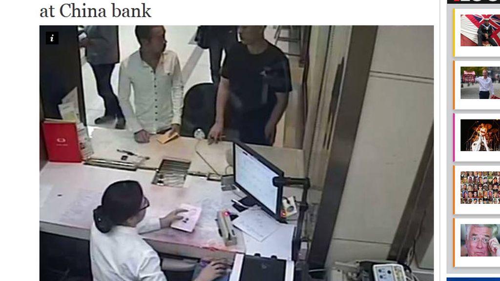 La víctima de un robo se encuentra con el ladrón en un banco intentando usar su tarjeta
