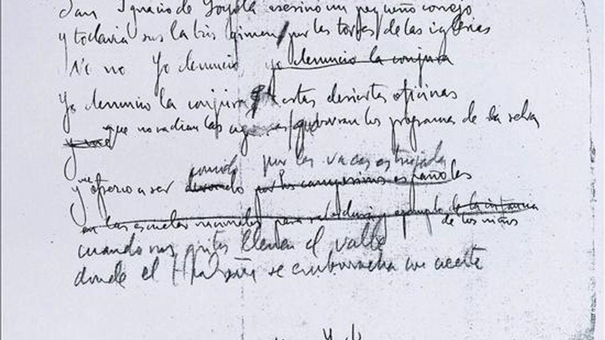 """Fotografía cedida de una de las hojas del manuscrito que el profesor de la Universidad de Boston Christopher Maurer encontró por casualidad en la Biblioteca del Congreso de EE.UU., en Washington, y que son el primer borrador, escrito y con correcciones a mano, del poema de Federico García Lorca """"Oficina y denuncia"""", incluido en """"Poeta en Nueva York"""". EFE"""