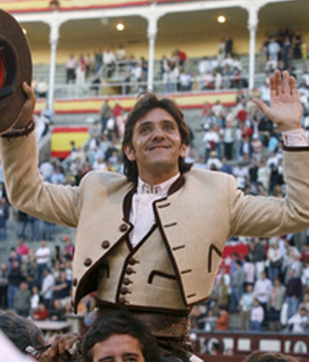 Diego Ventura a su salida a hombros. Foto: EFE.