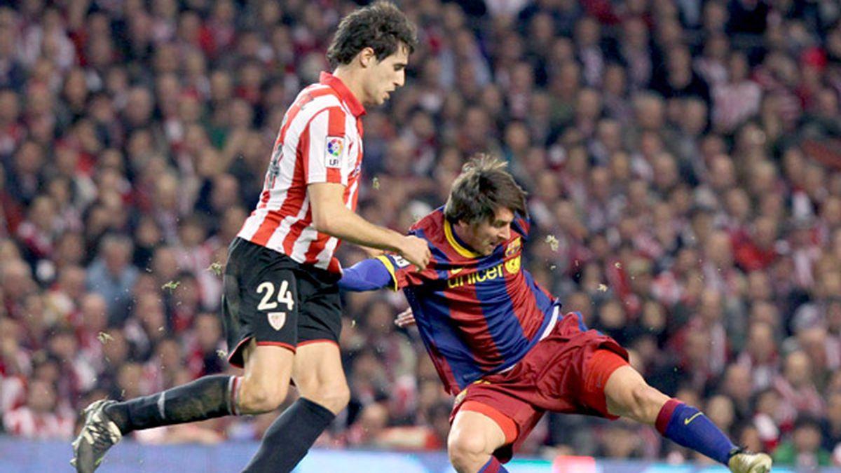El delantero argentino del F. C. Barcelona, Leo Messi, intenta controlar el balón ante el centrocampista del Ath. de Bilbao, Javi Martinez. Foto: EFE
