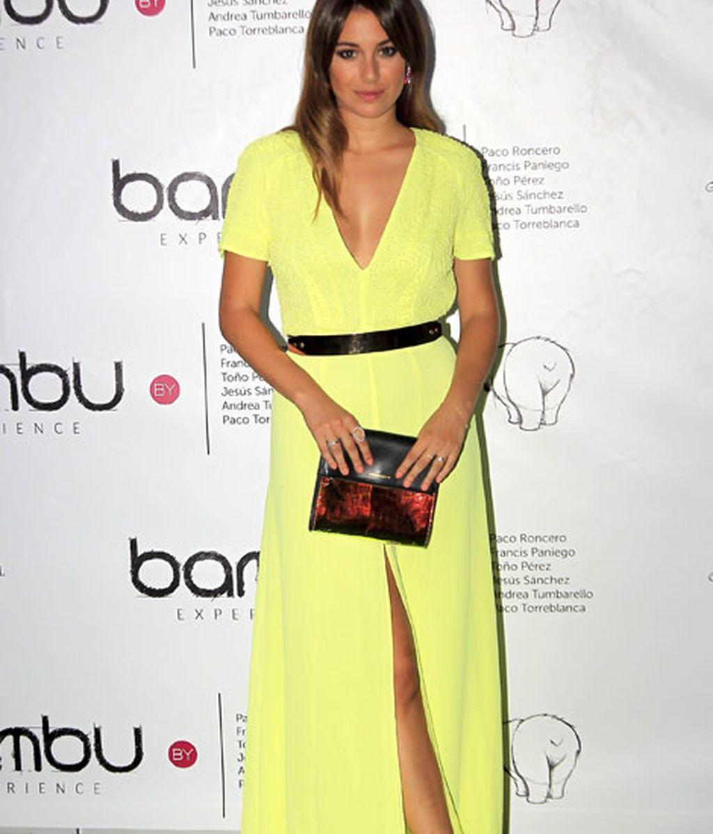 Blanca Suárez eligió un vestido con raja flúor