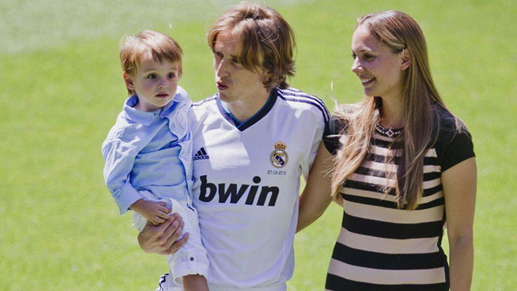 Luka Modric con su niño en brazos y su chica Vanja