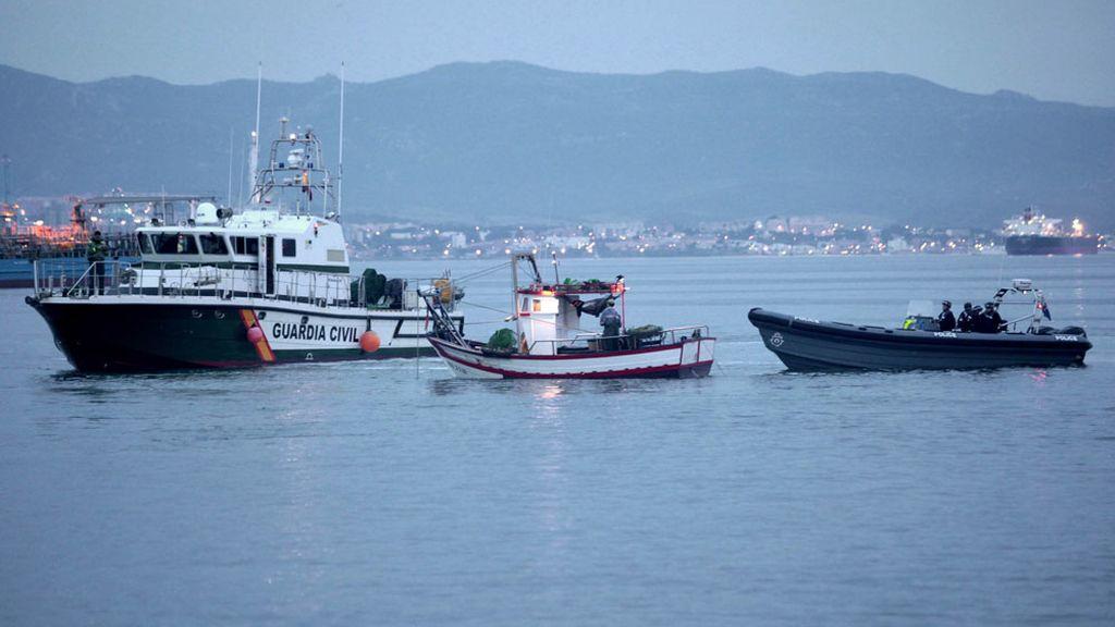 La Guardia Civil escolta a los pesqueros de la Línea