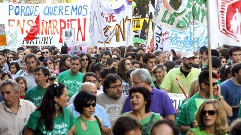 Profesores, padres y alumnos durante la manifestación que llevaron a cabo el pasado martes, en protesta por los recortes educativos