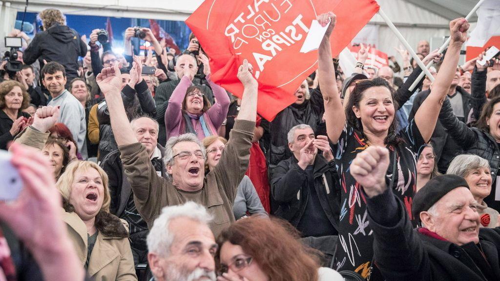 Partidarios de Tsipras celebran los primeros resultados a pie de urna
