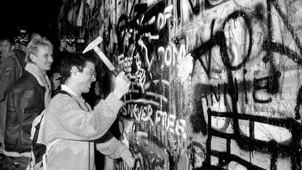 Un hombre rompe el Muro en 1989