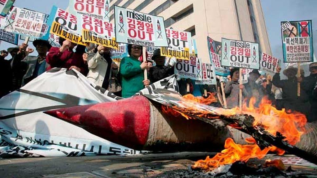 Surcoreanos quema retratos del líder norcoreano