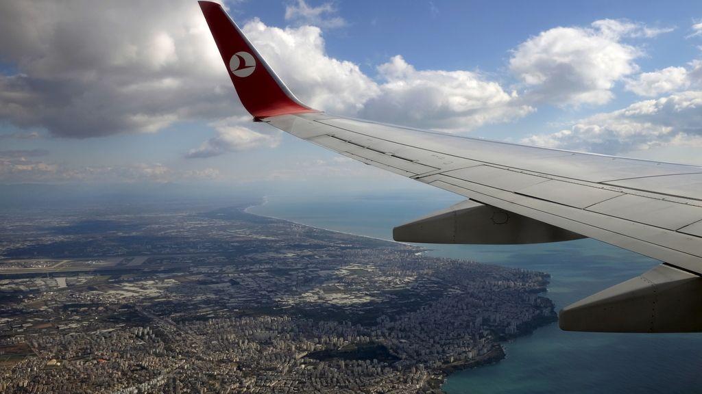 No hallan explosivos en el registro de un avión que aterrizó de emergencia en Dublín