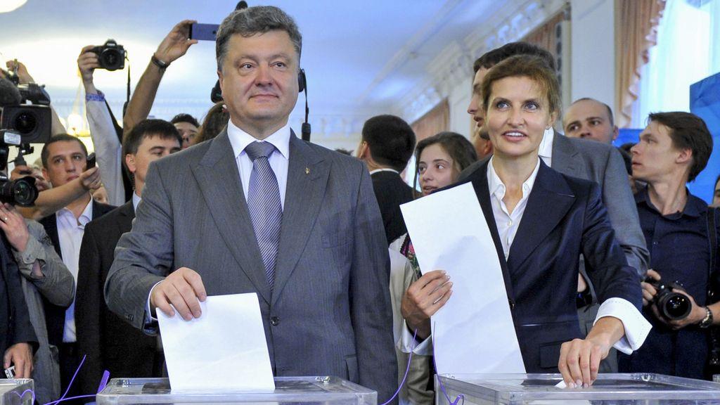 Poroshenko vota entre estrictas medidas de seguridad y destaca la alta participación