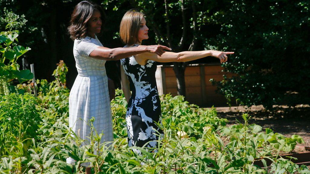 La reina Letizia y Michelle Obama visitan el huerto de la Casa Blanca