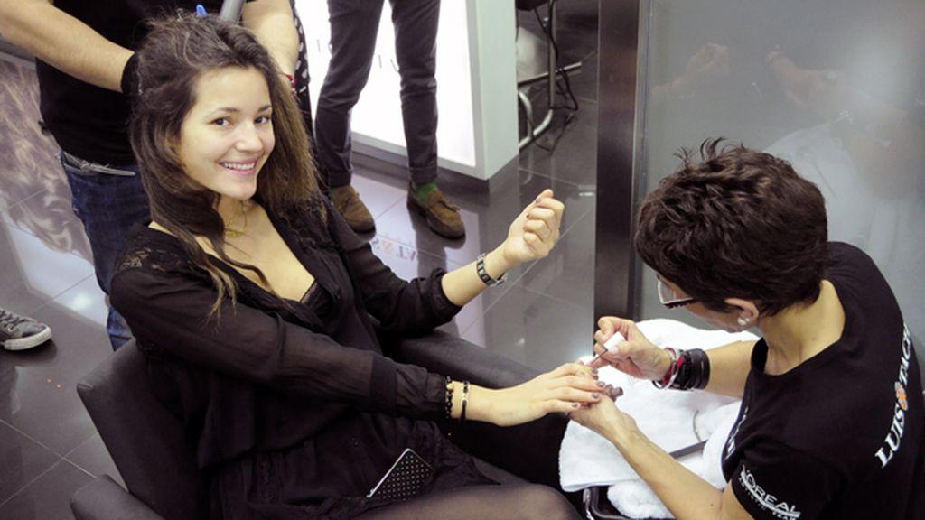 Malena disfrutó como una niña con su maravillosa sesión de belleza en la peluquería Luis & Tachi