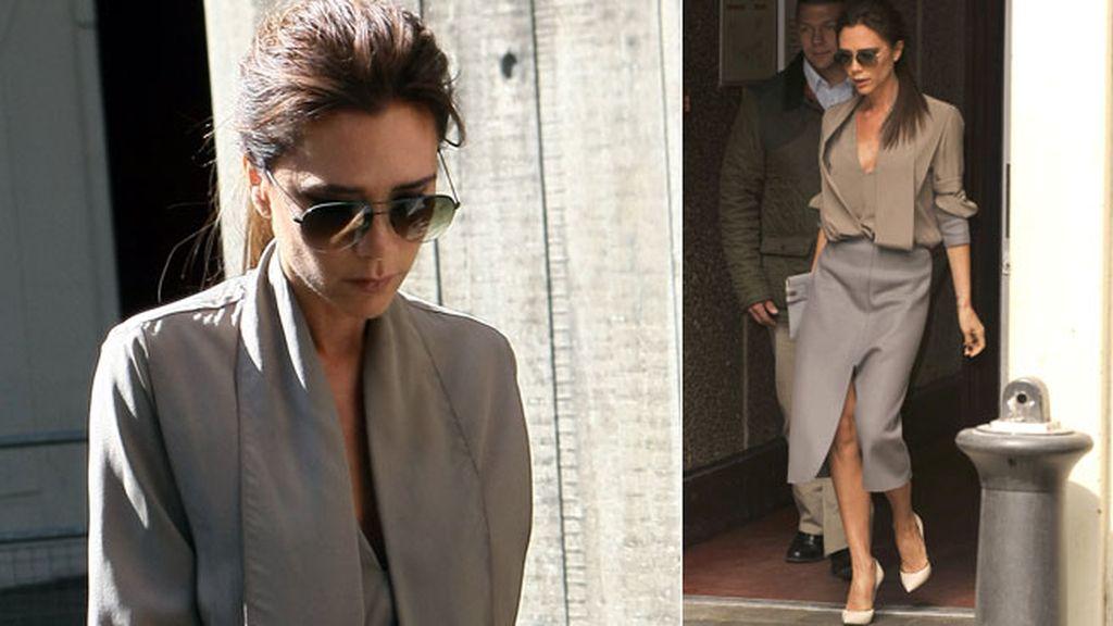 Victoria Beckham, elegante con un conjunto en tonos grises