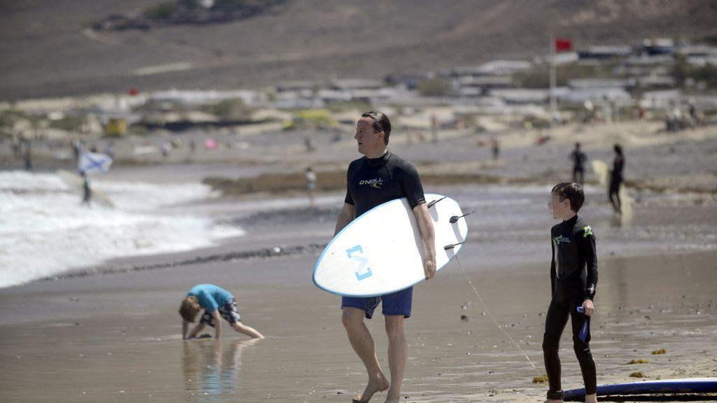 David Cameron y su familia, unos turistas más practicando surf en las playas de Lanzarote