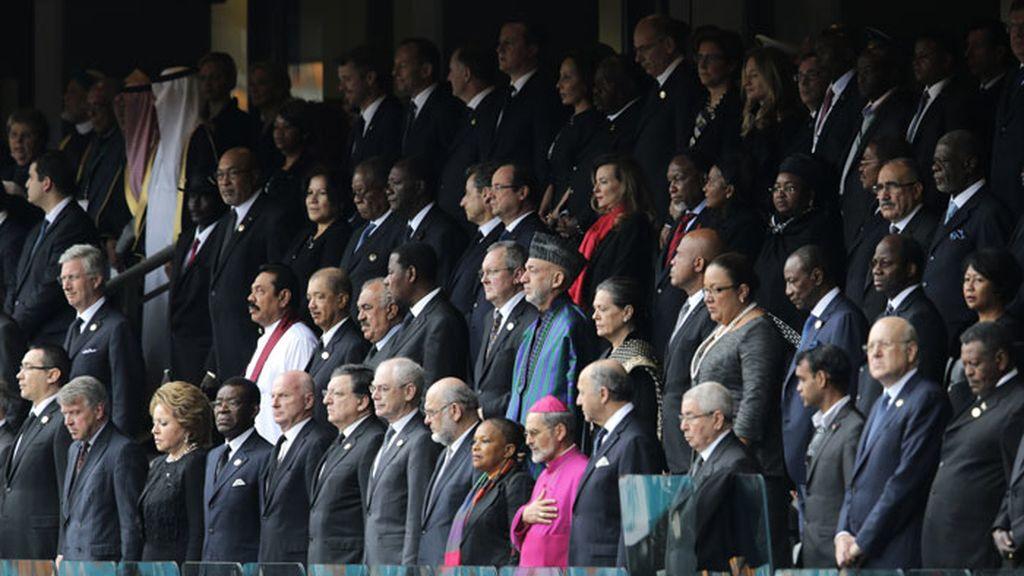 Foto del palco de líderes políticos en el funeral de Nelson Mandela