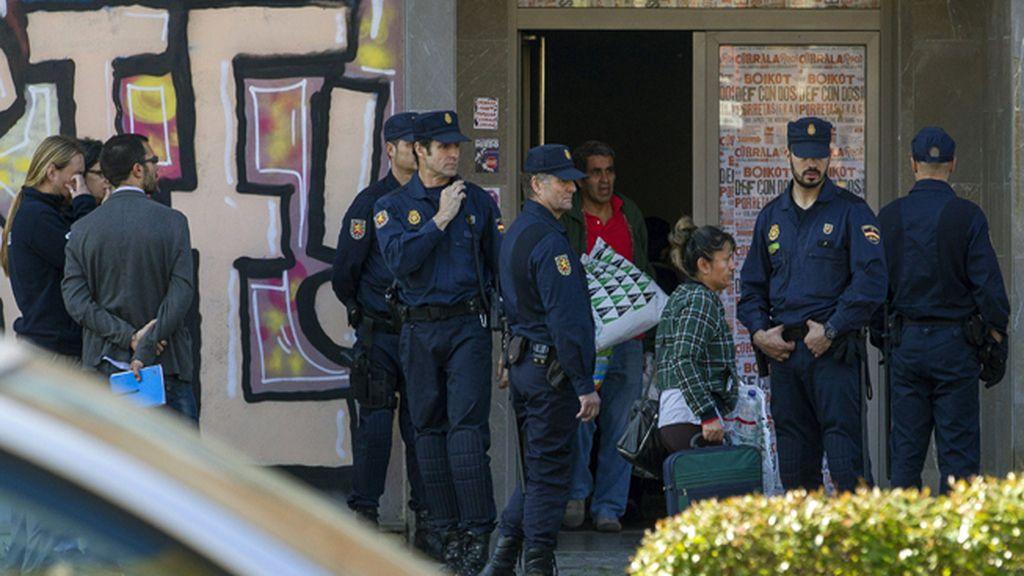 Familias de la Corrala Utopía se concentran a las puertas del Ayuntamiento tras ser desalojados de la Catedral