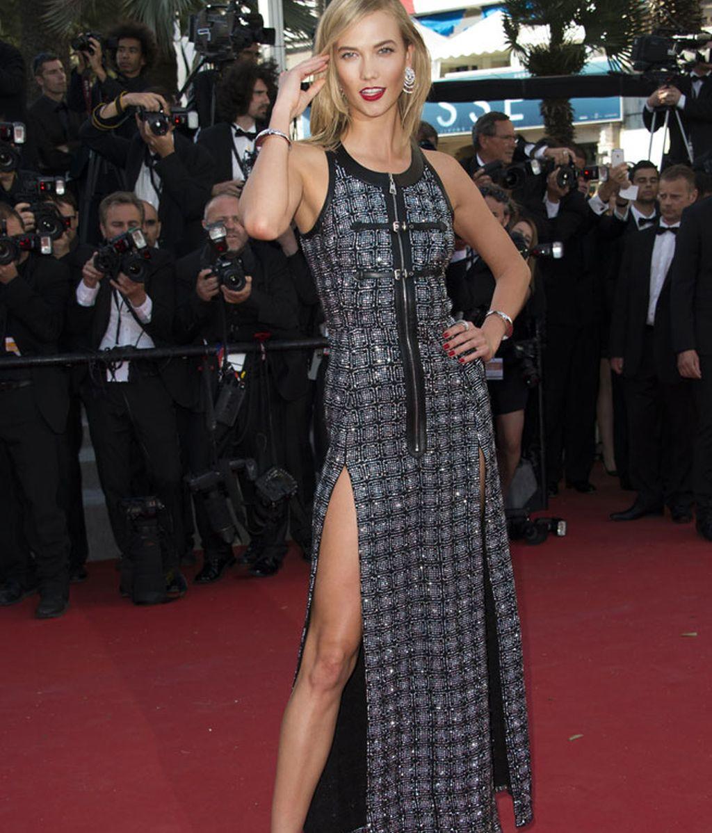 Karlie Kloss, con vestido de inspiración oriental firmado por Louis Vuitton
