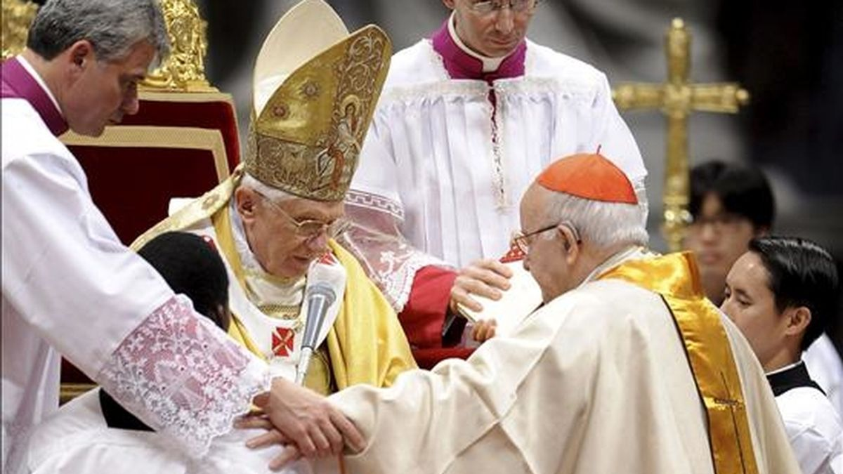 El Papa Benedicto XVI impone el anillo cardenalicio a un nuevo cardenal, el arzobispo emérito castrense español José Manuel Estepa Llaurens, en la Basílica de San Pedro en la Ciudad del Vaticano, el 21 de noviembre de 2010. El papa Benedicto XVI impuso hoy a los 24 nuevos purpurados el anillo cardenalicio, el otro signo -junto al capelo- de los Príncipes de la Iglesia, durante una misa solemne EFE