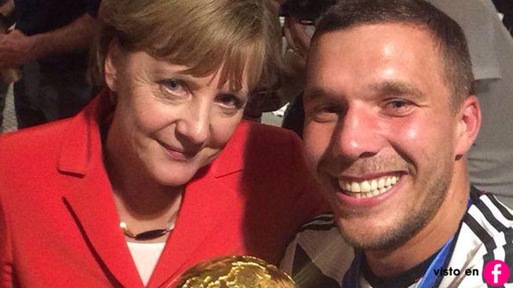 Angela Merkel se hizo un 'selfie' con el jugador alemán Lukas Podolski