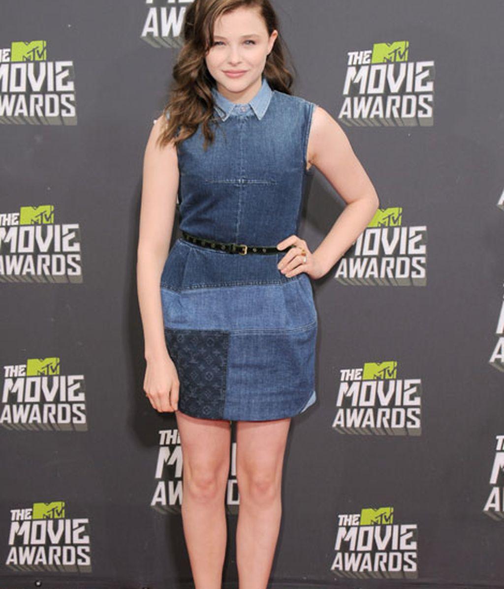 La actriz Chloe Grace Moretz lució un look denim