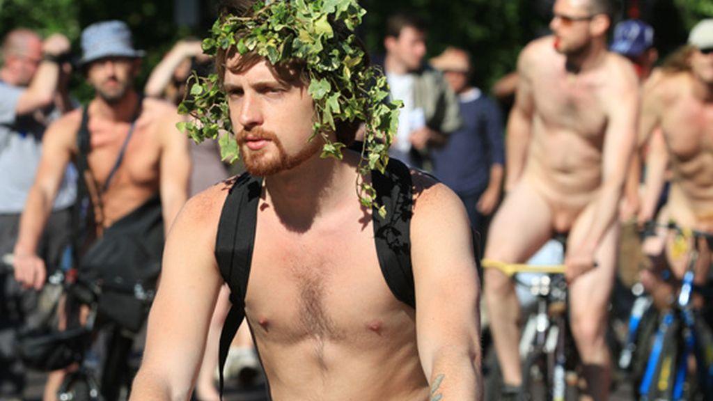 Desnudos para reivindicar el uso de la bicicleta
