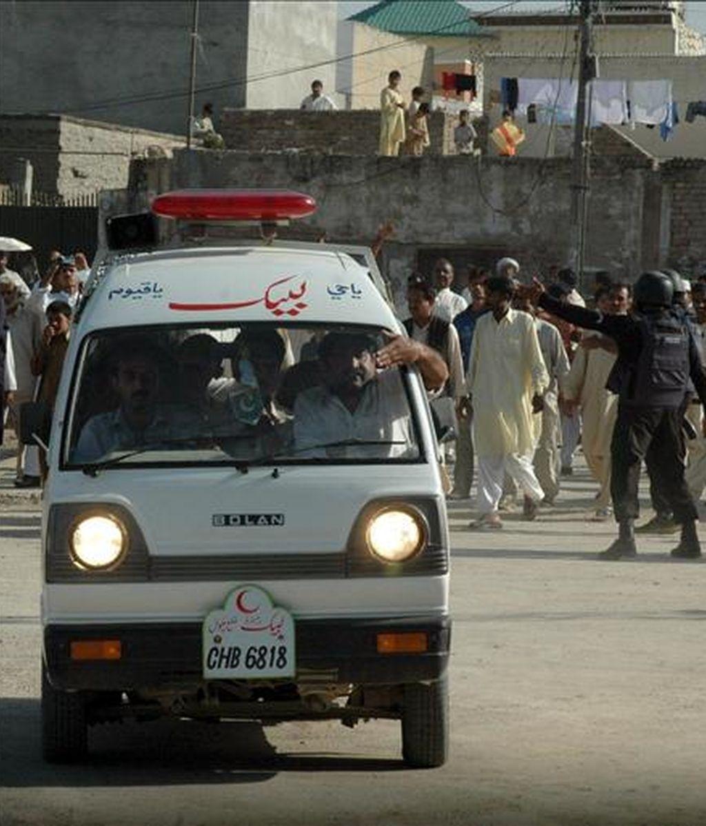En la imagen, heridos transportados por una ambulancia tras un ataque suicida en Pakistán, el pasado 5 de abril. EFE/Archivo
