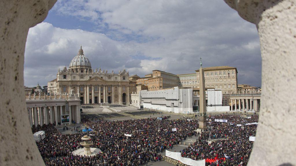 Cientos de personas asisten al último Ángelus de Benedicto XVI
