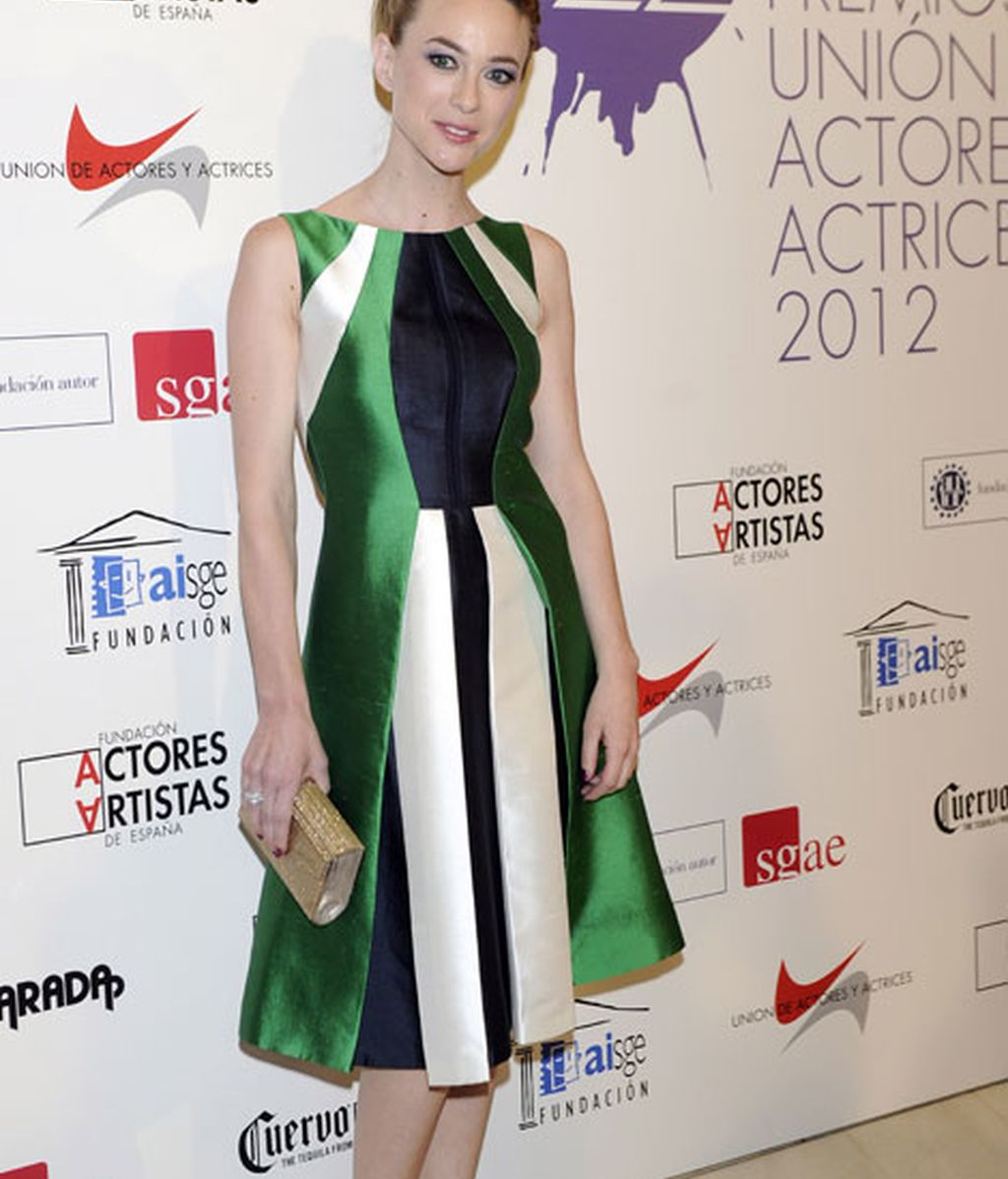 Marta Hazas eligió un vestido corto en tonos verdes, negros y beige