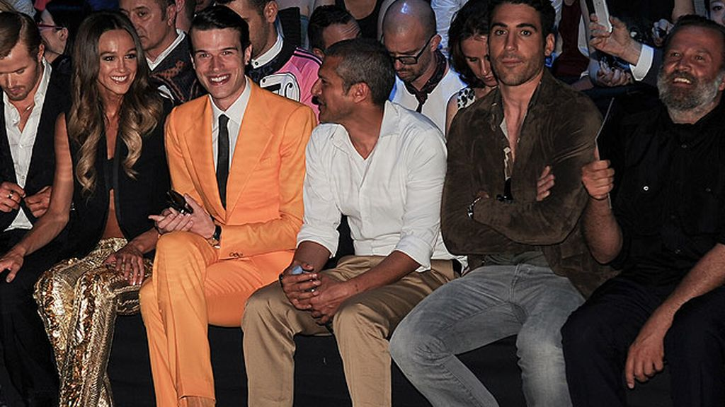 Miguel Ángel Silvestre, adicto a la moda de Milán en el desfile de Roberto Cavalli