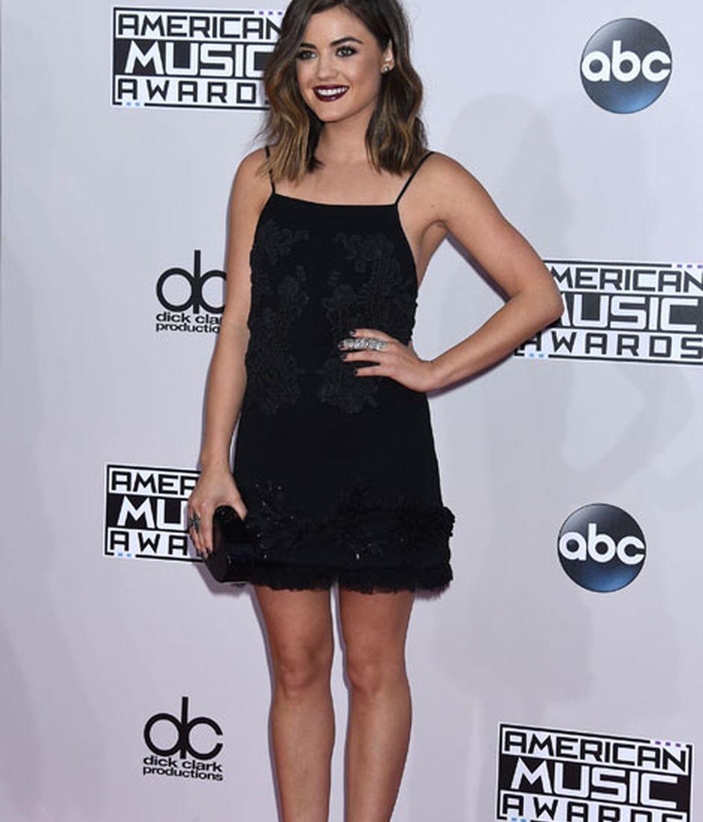 Lucy Hale lució un mini vestido negro de la firma Vera Wang