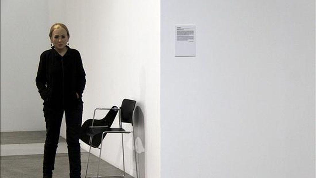 """Un vigilante de seguridad disfrazado de Eva Perón durante la inauguración hoy en el Museo de Arte Contemporáneo de Castilla y León (MUSAC) de la performance """"Desengaño-explicación visual"""", de la artista cubana Tania Bruguera, en la que se trata de demostrar al público que la imagen de poder que transmiten las figuras políticas perdura después de su muerte. EFE"""