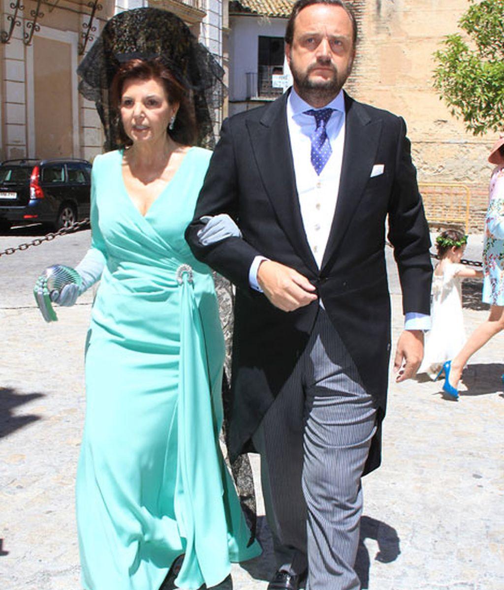 Bosco Torremocha acudió acompañado por su madrina a la iglesia