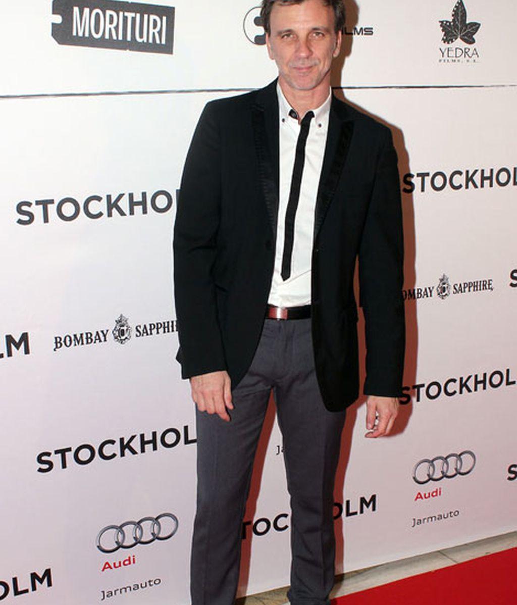 Armando del Río combinó pantalones grises y chaqueta negra