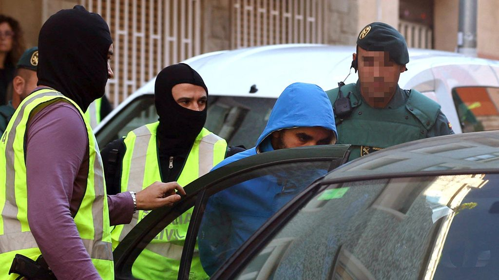 Dos detenidos en Cornellá por adoctrinar y reclutar yihadistas en redes sociales