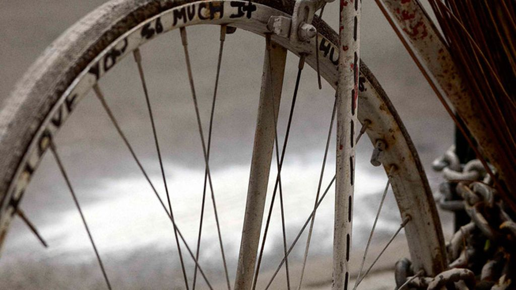 Son un recuerdo de los ciclistas muertos en las carreteras