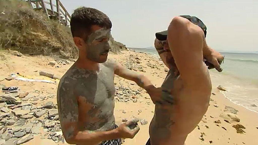 Manu aprovecha el barro para acercarse al soltero