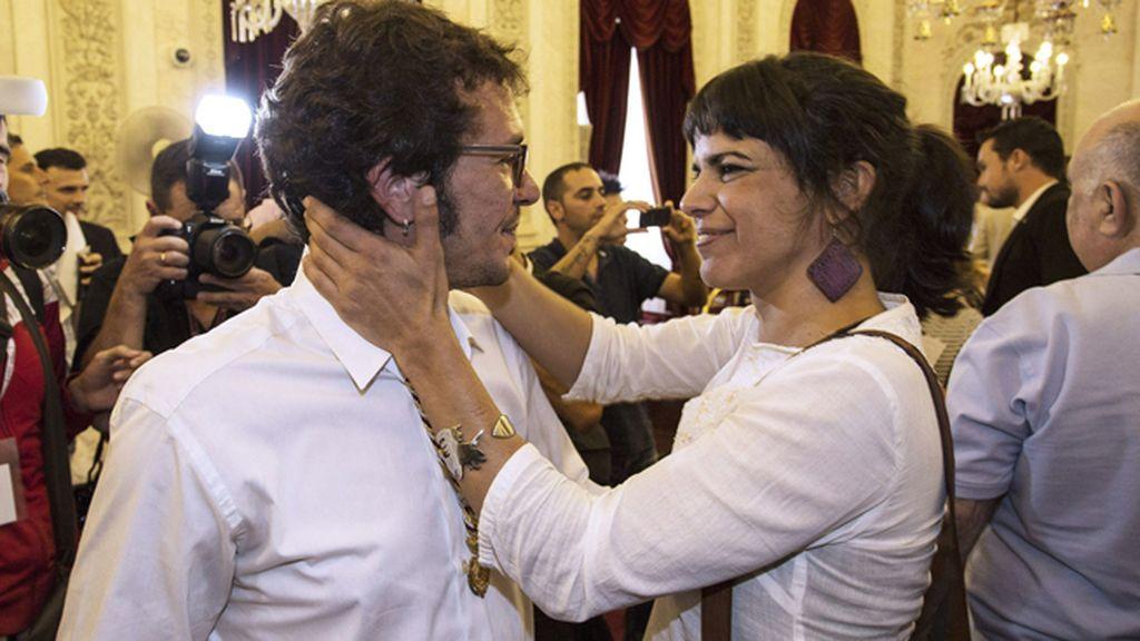 "Teresa Rodríguez, de Podemos, felicita a ""Kichi"", su pareja"