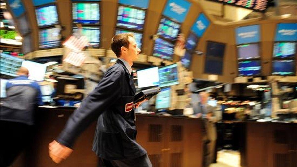 Imagen tomada este lunes de un comisionista caminando en la bolsa de valores de Nueva York (EE.UU). EFE