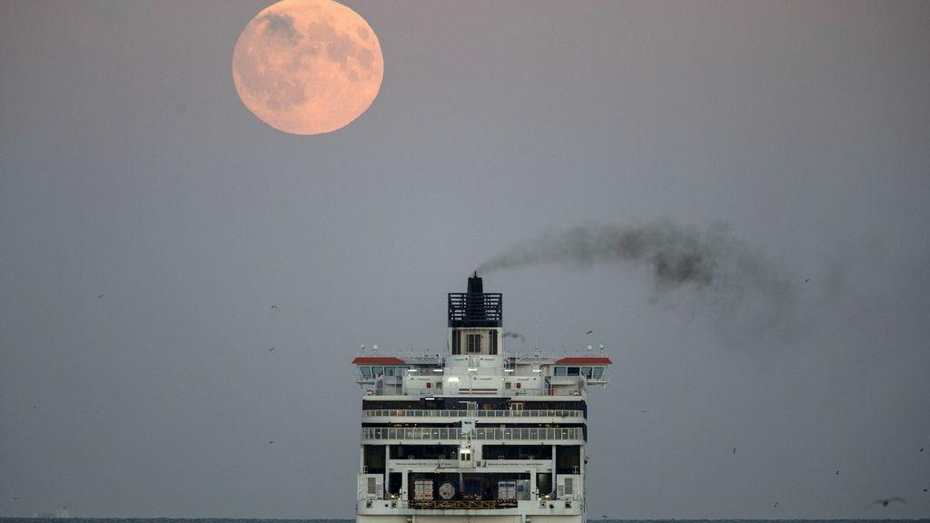 La luna vista desde un ferry que sale del puerto de Dover, al sur de Inglaterra