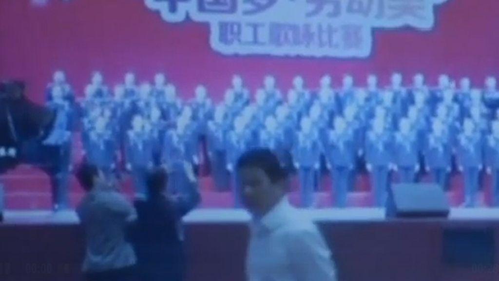 Un coro chino, instantes antes de que se hundiera el escenario