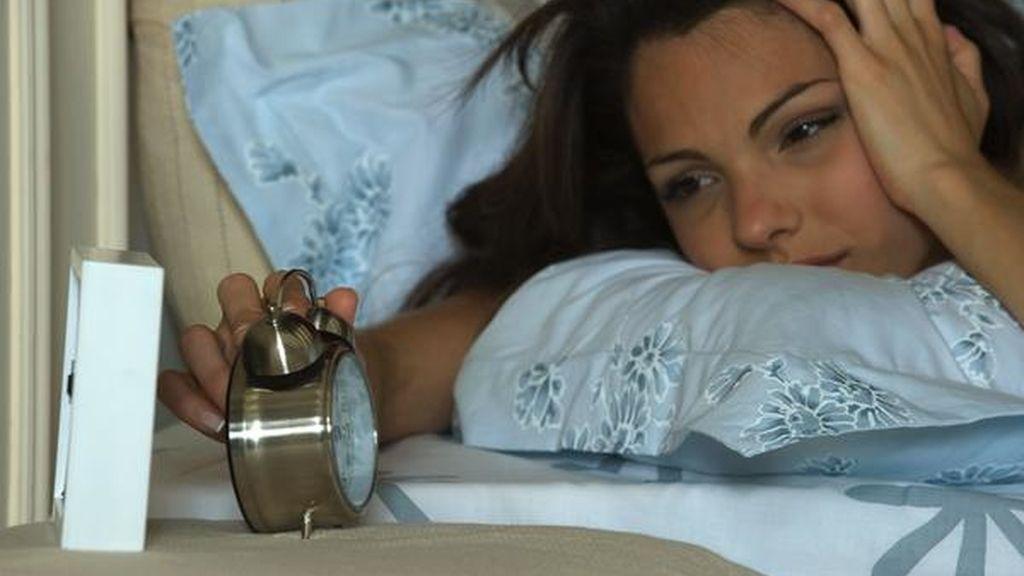 Una mujer apaga un despertador