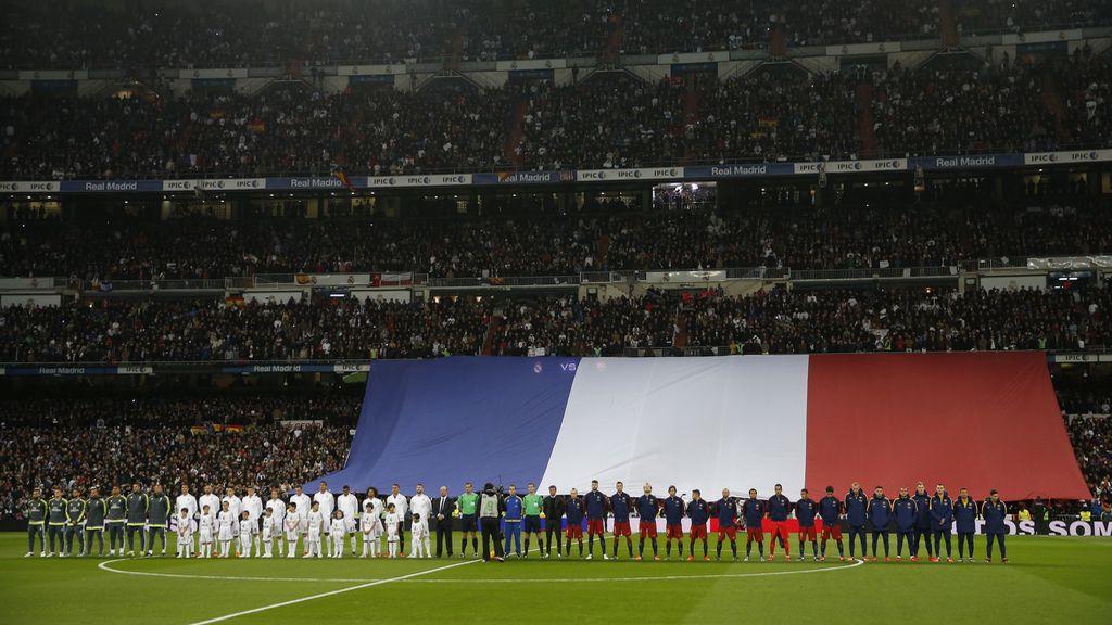 Minuto de silencio excepcional en el Santiago Bernabéu por los atentados de París